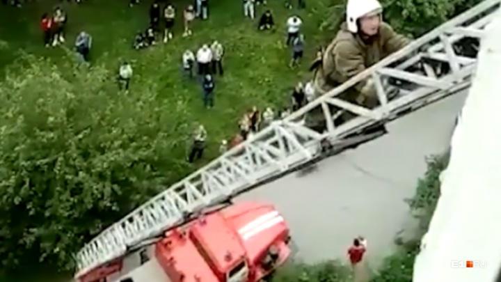 «Он нам доверился». Пожарные сняли на видео, как уговаривали жителя Уралмаша не прыгать с 8-го этажа