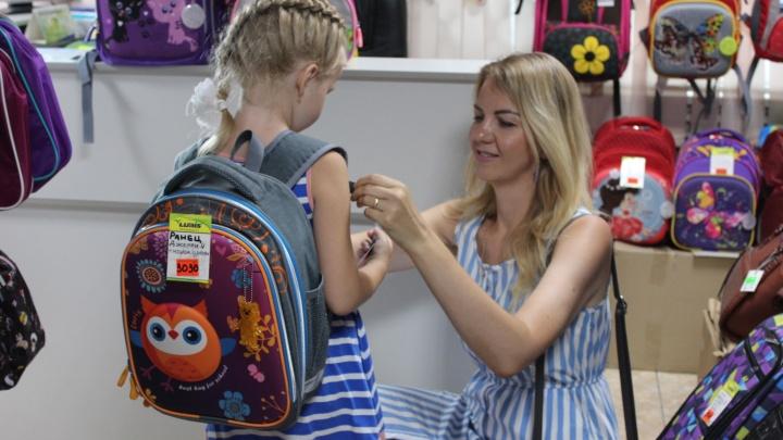 Надежный ранец и полезные гаджеты: как собираются в школу омские дети