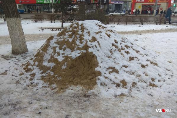 Кучи песка появились вдоль проспекта Ленина