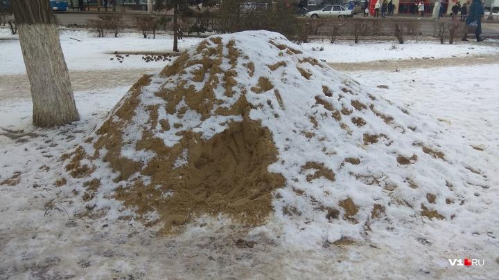 На случай гололеда: в мэрии Волгограда объяснили появление куч песка на проспекте Ленина