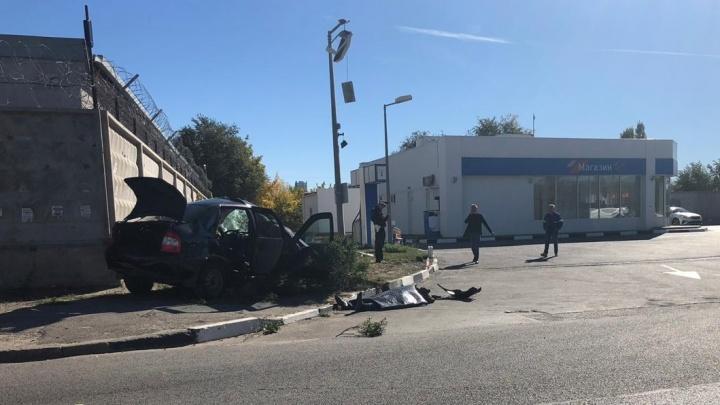 «Испугался встречную машину»: в Волгограде легковушка врезалась в бетонный забор, погиб водитель