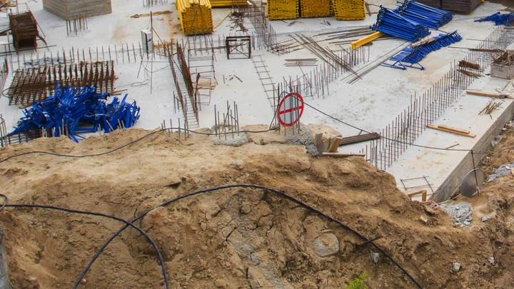 Рабочего насмерть засыпало землёй на стройке многоэтажки