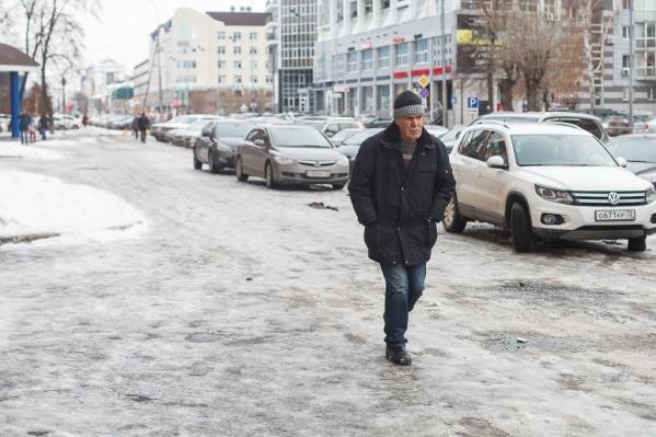 Сегодня пешеходы передвигались по улицам с особой осторожностью, чтобы не упасть и не получить травмы