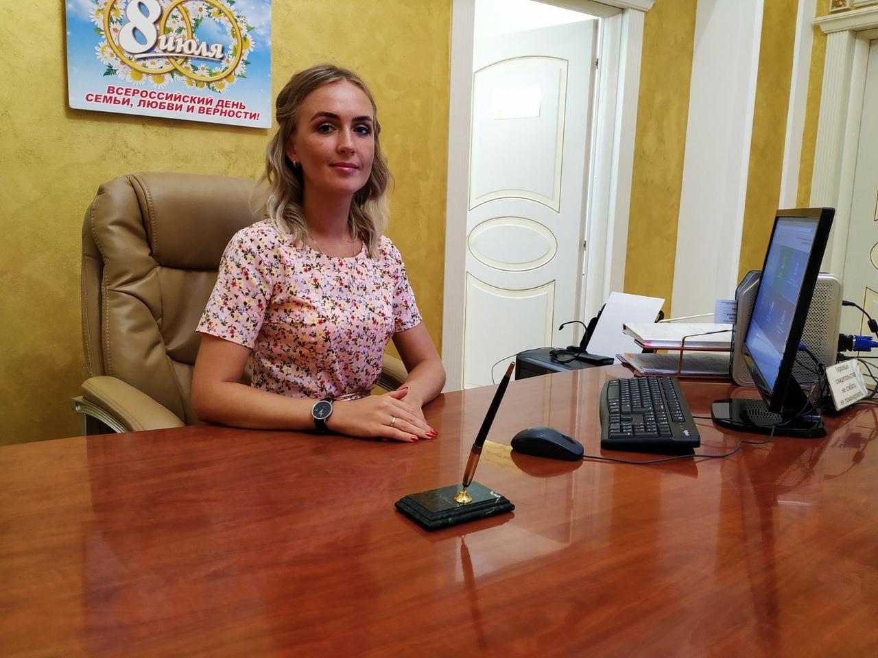 Яна Харитонова работает на регистрации браков второй год