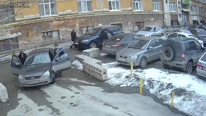 Белый царь ударил дверью: появилось видео начала разборок со стрельбой на Пушкина