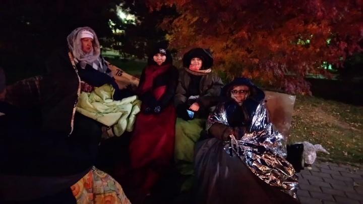 Обманутые дольщики устроили ночёвку на лавочках в центре Новосибирска