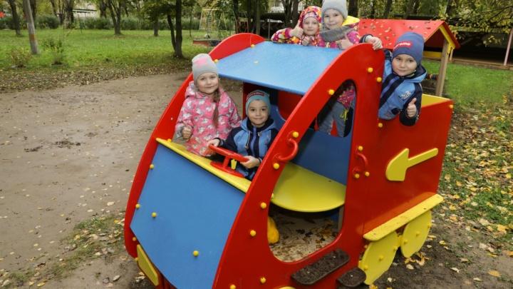 Кораблик с горкой и песочница: в детских садах Березников появились новые игровые площадки