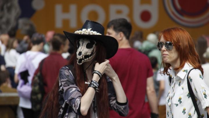 В Центральном парке собрались сотни подростков в пугающих костюмах