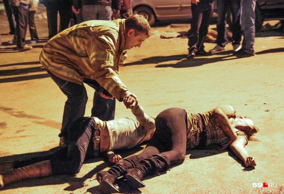 Те, кому удалось выбраться из клуба, падали на землю. Понять, живы ли они, было сложно