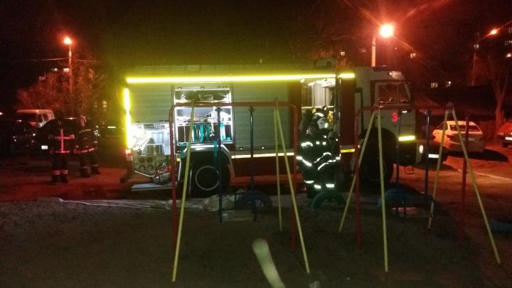 «Помогите, я ранен!»: пожар в центре Волгограда выгнал на улицу жителей целого подъезда