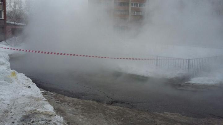 Пар, вода и длинная пробка: улица Есенина перекрыта из-за прорыва теплотрассы