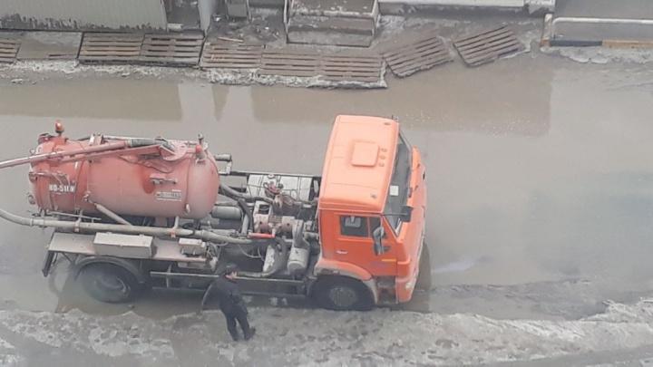 Осушили океан: коммунальщики откачали большую лужу на Колхидской