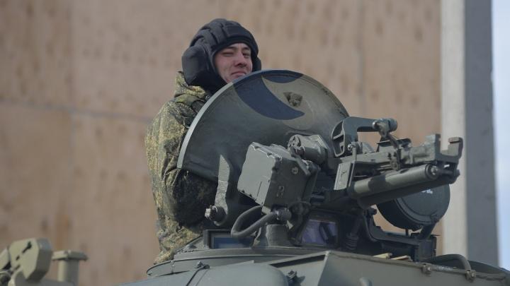 Дети удивлялись, военные позировали: фоторепортаж с первой в Екатеринбурге тренировки к параду Победы