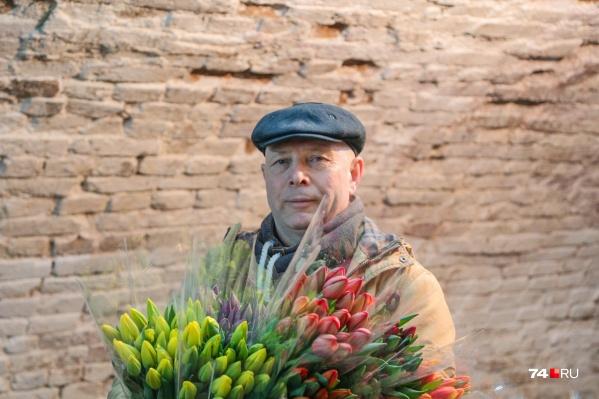 Олег Вафиев выращивает цветы на радость тысячам женщин