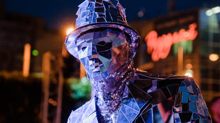 Зеркальные люди и шоу барабанов: пермяки встретили День города в сквере Татищева. Фоторепортаж
