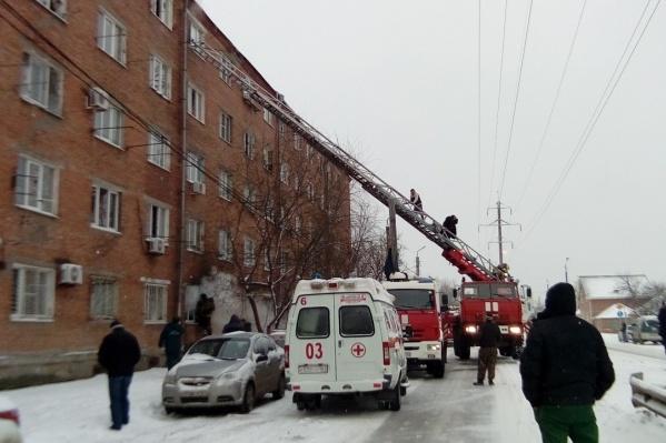 Пожар случился в пятиэтажном жилом доме