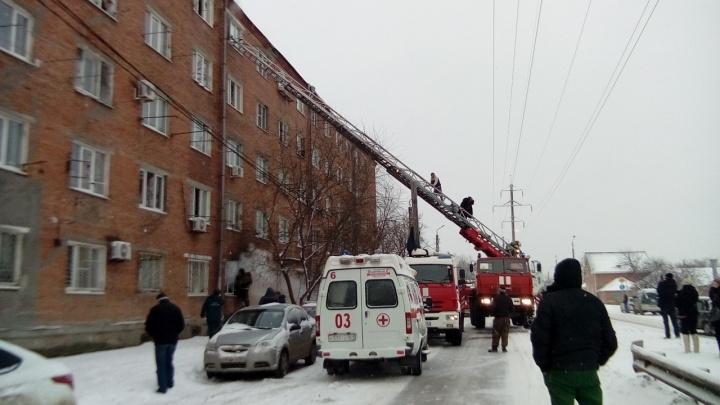 «Эвакуировали через окна»: в Таганроге произошёл пожар в многоквартирном доме
