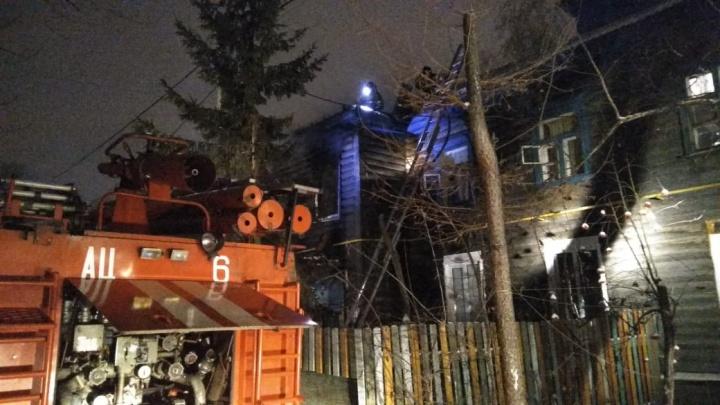 Из горящего дома в Нефтяниках спасли троих человек