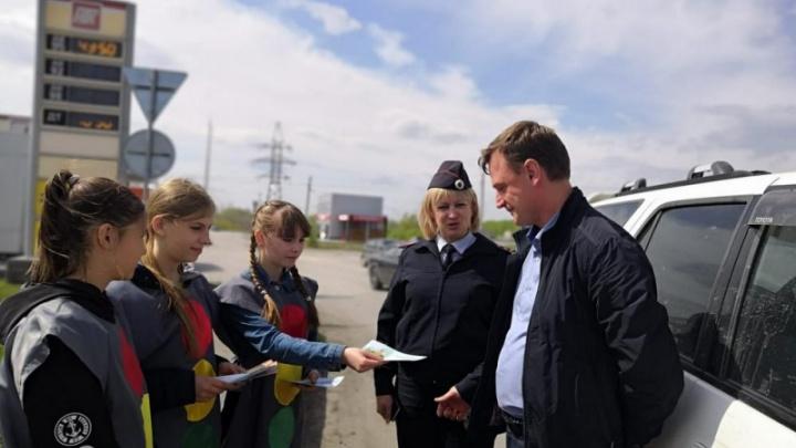 Дети в костюмах светофоров остановили водителей под Новосибирском