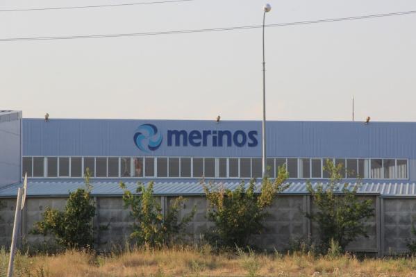Фабрика расположена в промышленной зоне, но рядом находятся жилые дома