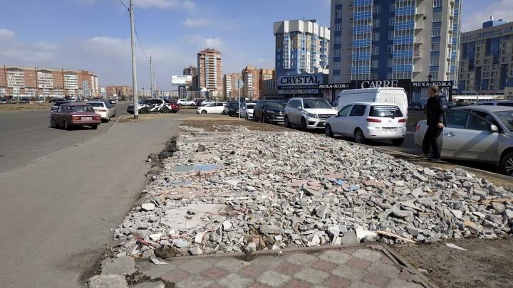 В марте на Алексеева снесли ларьки. Фундамент от них стоит до сих пор