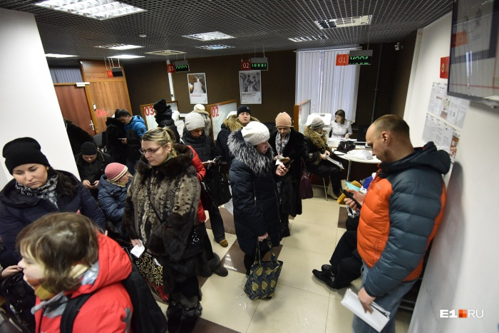 Утром 1 февраля екатеринбуржцы пришли с оригиналами документов в МФЦ и ЦМУ: большие очереди были только в первые часы их работы
