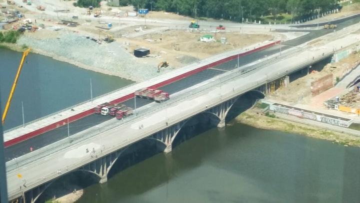 Ездят от опоры к опоре: грузовики начали тестировать новый Макаровский мост