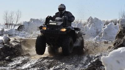 По уши в грязи: фоторепортаж с зимнего «Моторфеста» на острове Краснофлотский