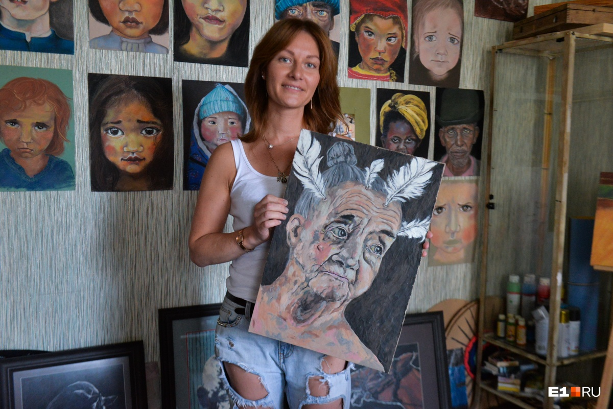 А вот сама художница в своей мастерской