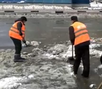 «Боль за Рассеюшку»: странные действия дорожников после снегопада вызвали хохот в соцсетях