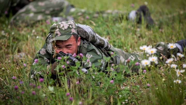 Новосибирские военные устроили стрельбу по воздушным шарам в окне