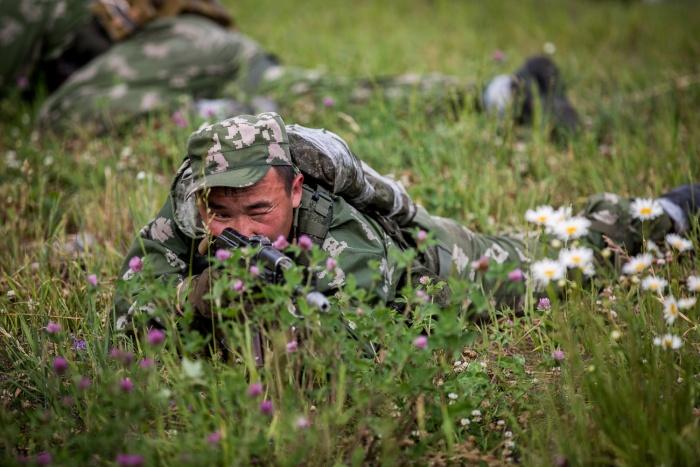 Новосибирские военные устроили пальбу по воздушным шарам в окне