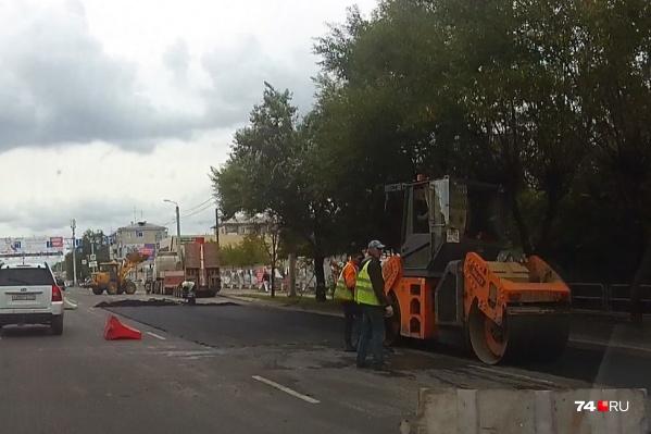 Дорожники укладывают асфальт на улице Дзержинского
