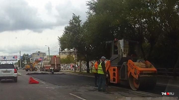 «Больно смотреть»: в Челябинске на отремонтированной дороге срезали новый асфальт
