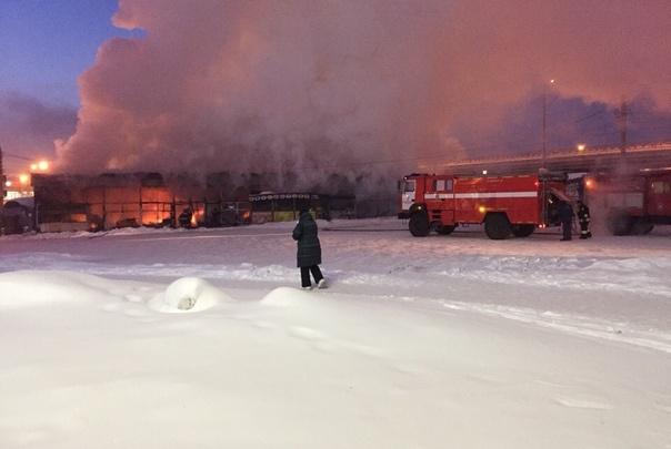 «Горят торговые павильоны, магазин и кафе»: возле челябинского автовокзала произошёл крупный пожар