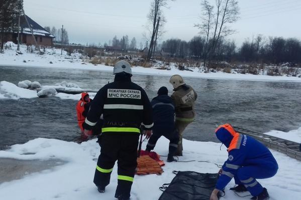 Спасатели достали женщину с островка посреди реки