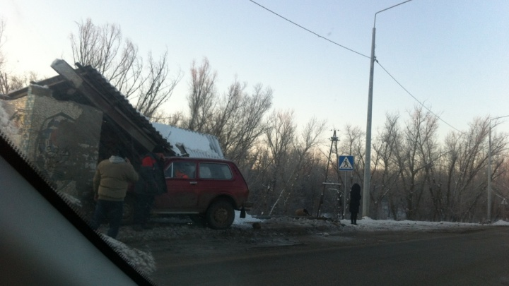 На трассе под Волгоградом внедорожник снес остановку