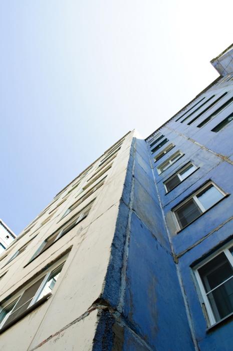 В Кемерово 9-летний мальчик сорвался с окна третьего этажа общежития