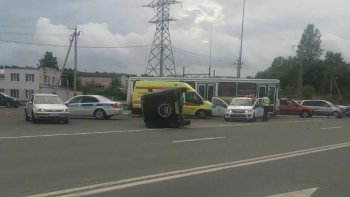 УАЗ на боку: в Ярославле в Лесных полянах столкнулись три машины
