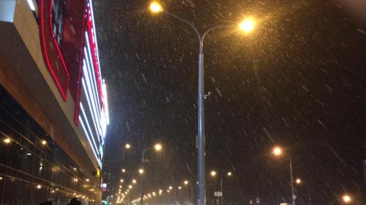 Погода сошла с ума: за несколько минут в Екатеринбурге прошёл мощный ливень и снегопад