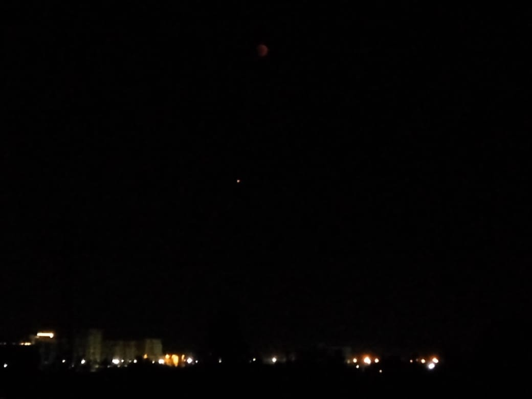 Луны почти не видно, а вот Марс вполне можно разглядеть