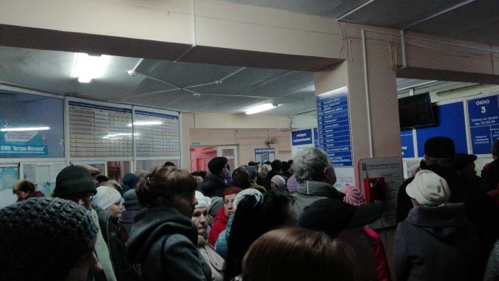 «Оптимизация ни при чём»: южноуральцу стало плохо в больнице во время осады толпой регистратуры