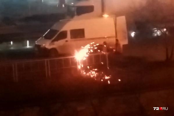 Металлические ограждения срезали на улице 50 лет Октября в районе перекрестка с Профсоюзной