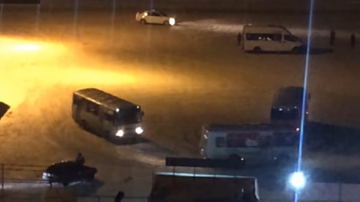 В Уфе сняли на видео дрифт автобусов на парковке