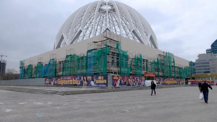 Некрасиво, но современно? Фасад екатеринбургского цирка зашили облицовочной плиткой