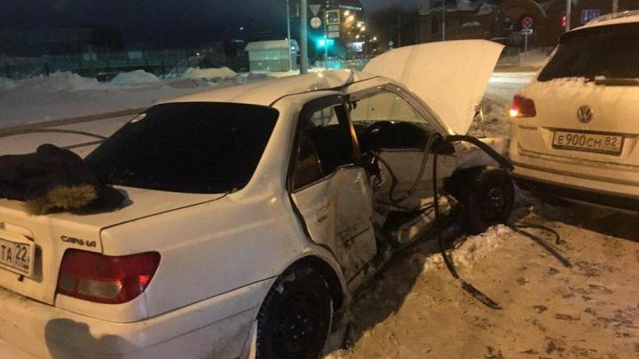 В Новосибирске внедорожник после столкновения вдавил седан в забор