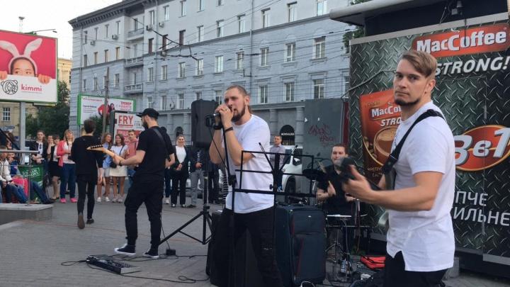 И взрослые, и дети: толпа новосибирцев собралась в центре города на бесплатном рок-концерте