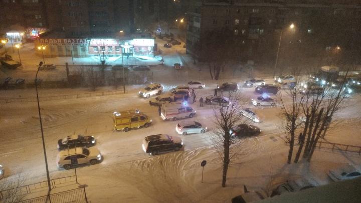 В метель на Червишевском тракте столкнулись пять иномарок. Пострадали два водителя