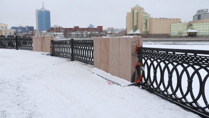 На набережной в Челябинске восстановили «загадочно» пропавшее ограждение. Выглядит тяп-ляп