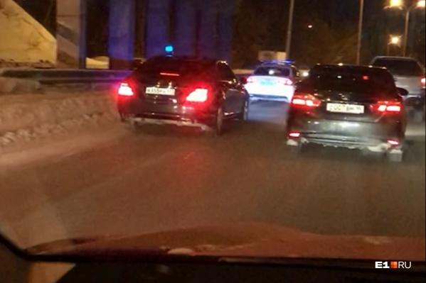 Ради проезда этого кортежа в Екатеринбурге начали перекрывать улицы в утренний час пик